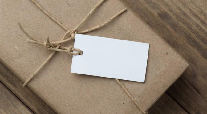 regalo envuelto en papel kraft