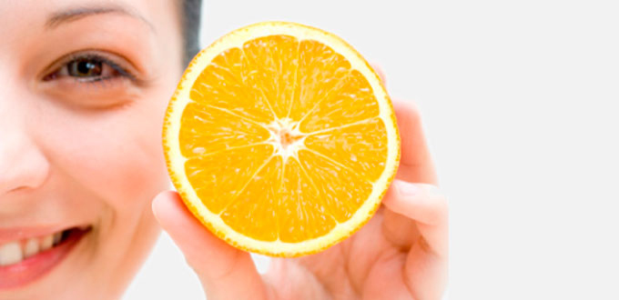 mujer mostrando media naranja de Monzó