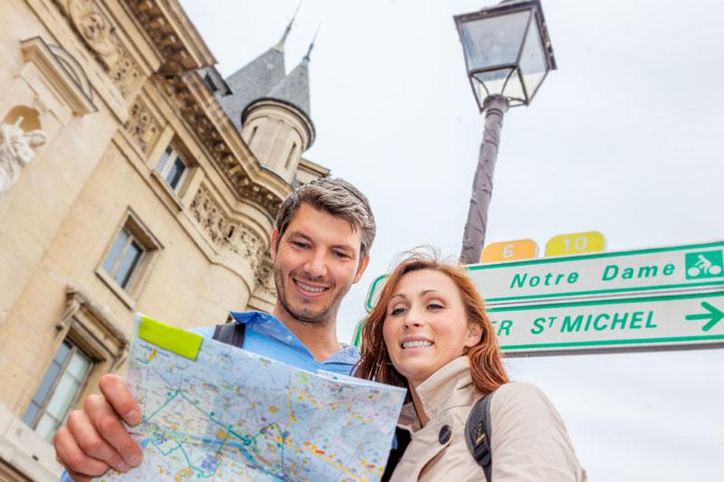 personas haciendo turismo en una ciudad